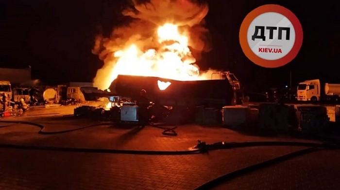 В Киеве разгорелся мощный пожар: слышали взрывы (фото)