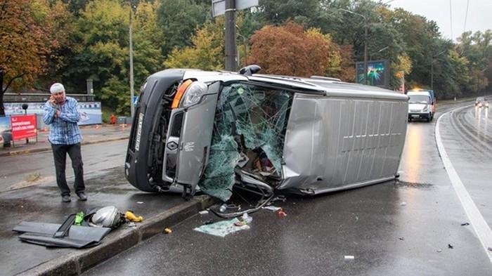 В Киеве микроавтобус вылетел на тротуар и перевернулся (видео)