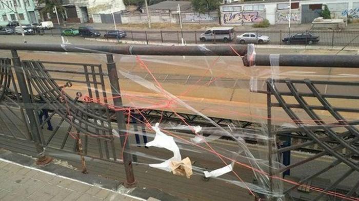 В Киеве мост отремонтировали скотчем и нитками