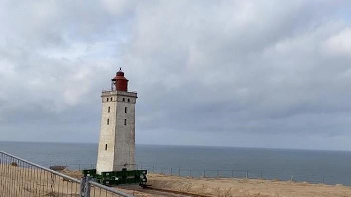 Спасают от затопления: в Дании двигают старинный маяк (видео)