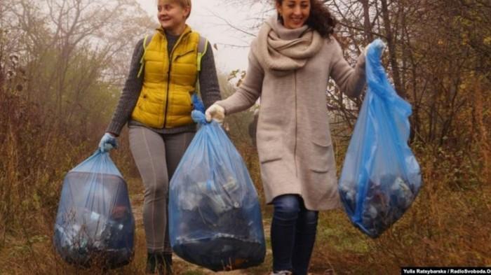 В Днепре активисты организовали обмен мусора на подарки