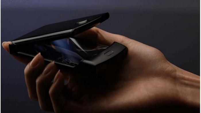 В сети появились фото гибкой раскладушки Motorola