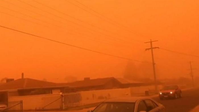 Город в Австралии накрыла пылевая буря (видео)