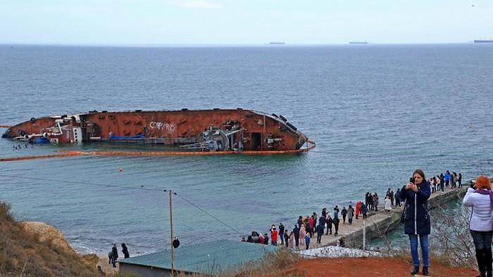 На севшем на мель танкере в Одессе появились надписи (фото)