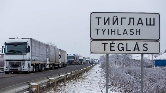 На границе на Закарпатье застряли 700 фур