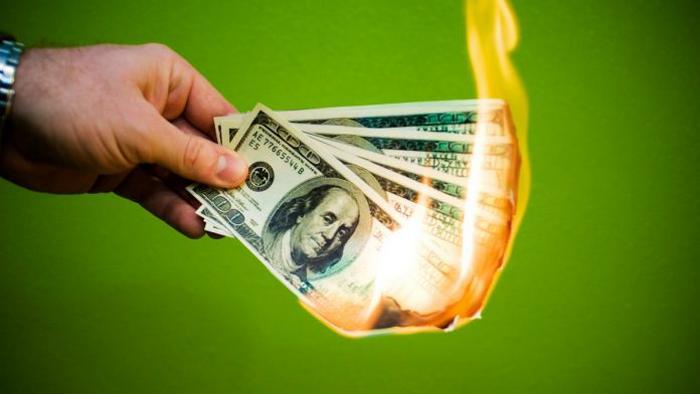 Почему люди тратят слишком много денег: 10 причин