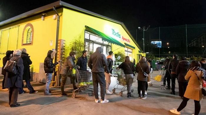 Коронавирус: итальянцы в панике штурмуют магазины (фото)