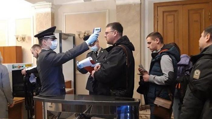 На входе в Офис президента начали измерять температуру