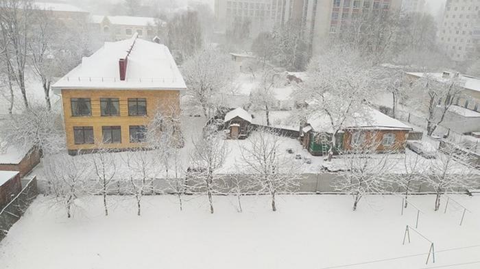 Украину засыпает снегом (видео)