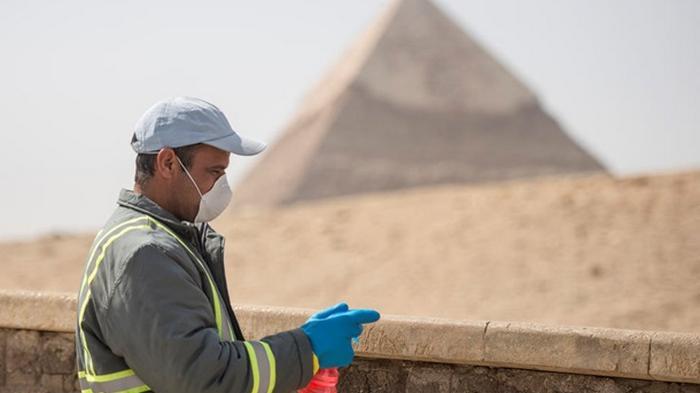 В Египте дезинфицируют пирамиды - фоторепортаж