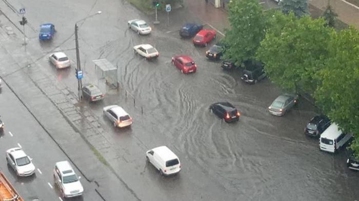 Сильный ливень затопил улицы Одессы (видео)