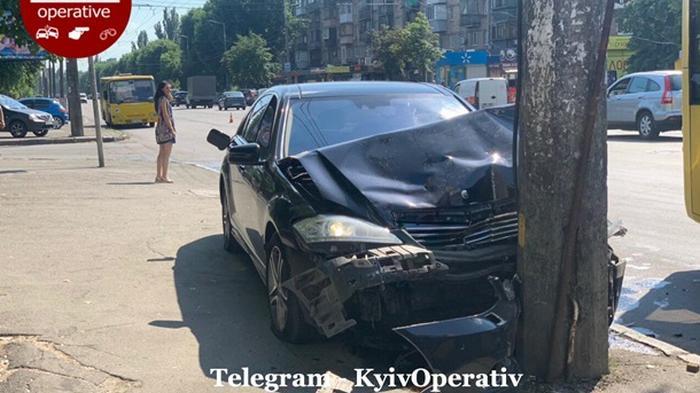 В Киеве мойщик угнал Mercedes и разбил его (фото)