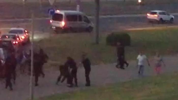Протесты в Беларуси: автозак въехал в толпу протестующих