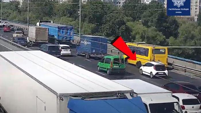 В Киеве у маршрутки на мосту отвалились колеса (видео)