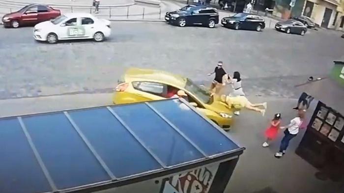 Во Львове дважды сбили пешехода на остановке (видео)