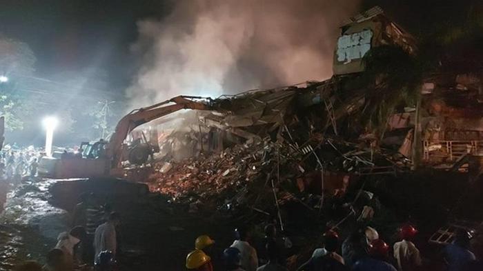 В Индии рухнула пятиэтажка, под завалами десятки людей