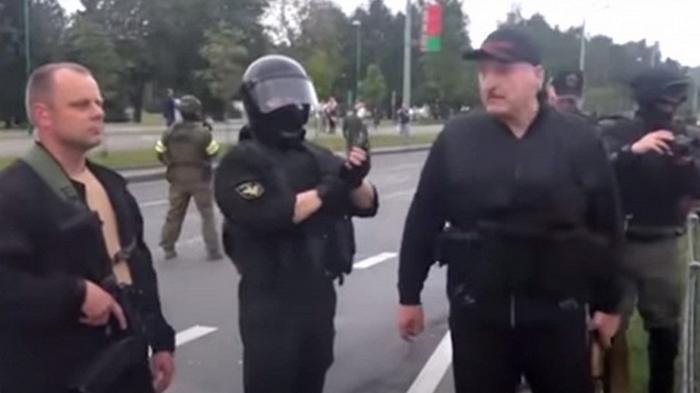 Лукашенко объяснил, для чего взял в руки автомат