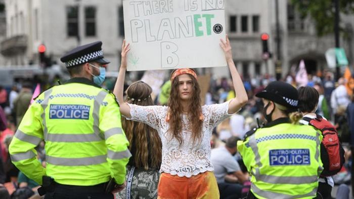 Климатические активисты перекрыли движение у здания парламента в Лондоне