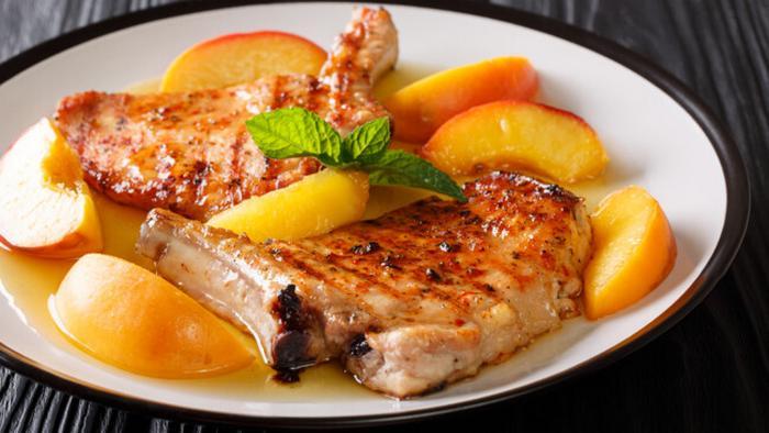 Рецепт сочных свиных отбивных с персиками и медом