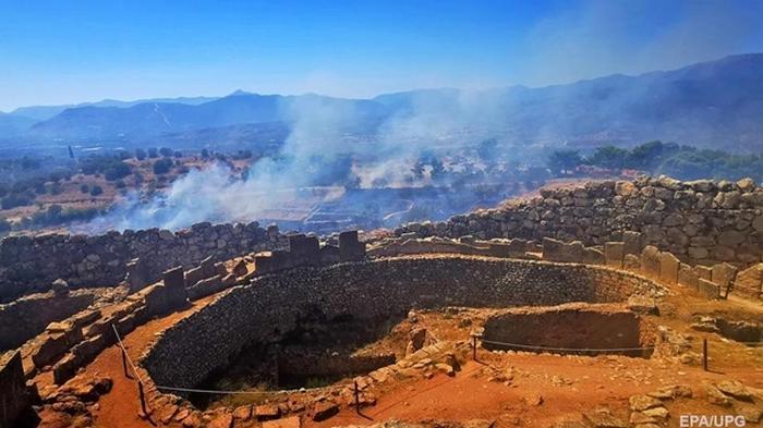 Пожар угрожает развалинам Микены (фото)