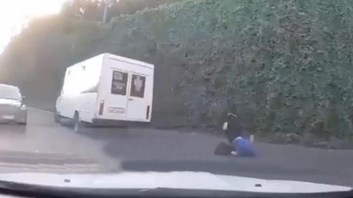 В Днепре мужчина на ходу выпал из маршрутки (видео)