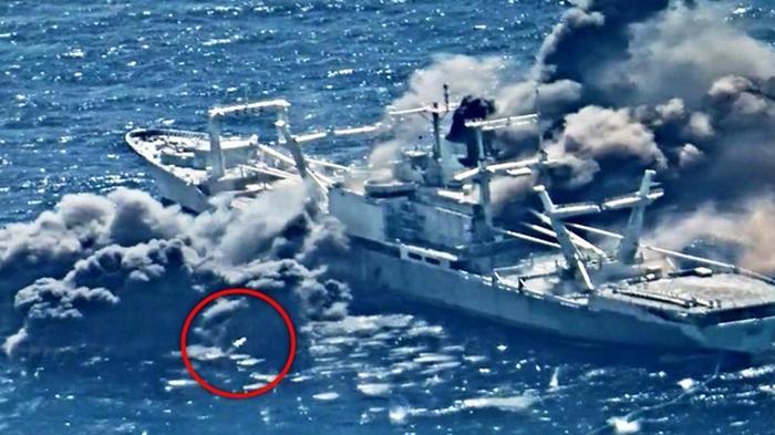 США уничтожили ракетами корабль в Тихом океане (видео)