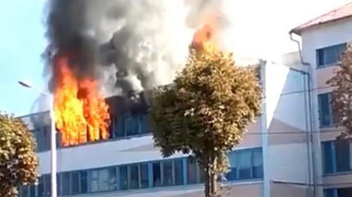 В беларуском городе Жлобин произошел сильный взрыв в здании фабрики: видео