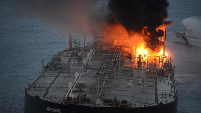 У побережья Шри-Ланки двое суток горит танкер с нефтью (фото)