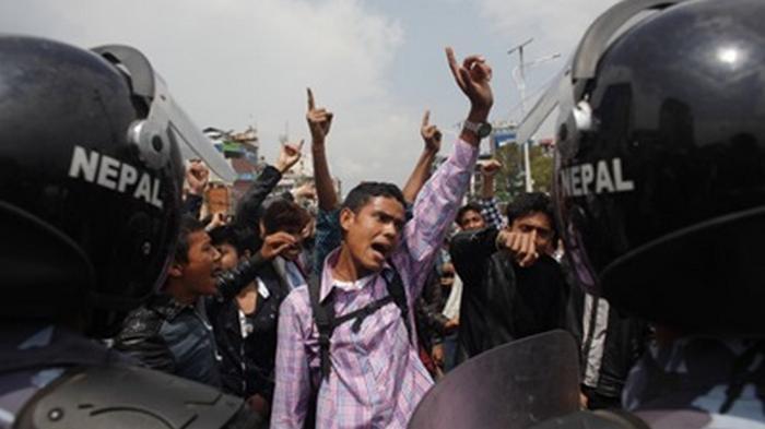 В Непале полиция применила водометы против нарушителей карантина
