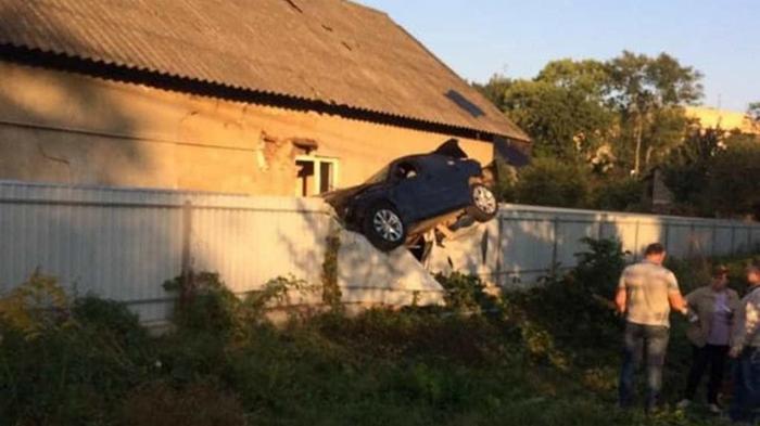 В Черновцах полицейский на BMW повис на заборе частного дома (фото)