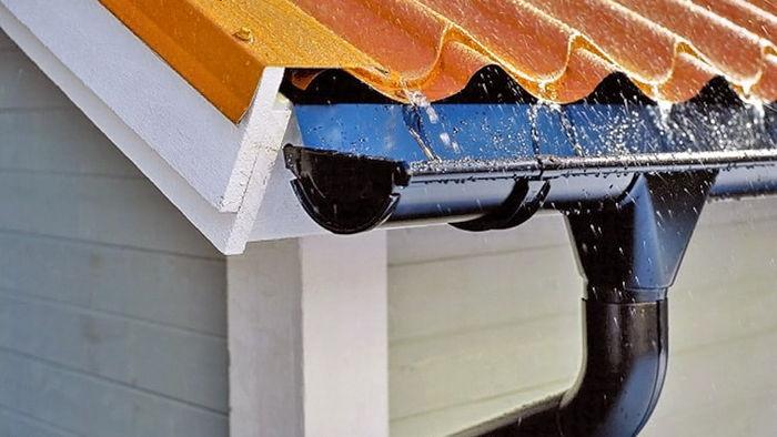 Почему металлический водосток лучше пластикового: обзор материалов