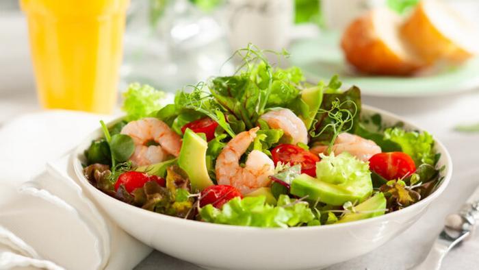 Рецепт легкого салата с креветками, авокадо и помидорами черри