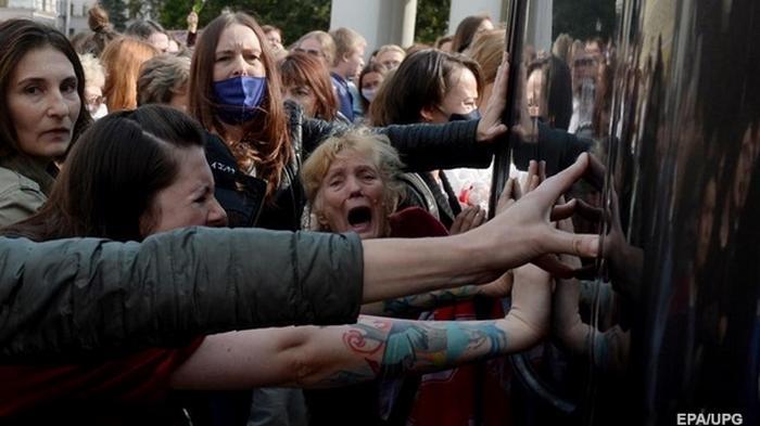 Протесты в Беларуси: в Минск стягивают военную технику