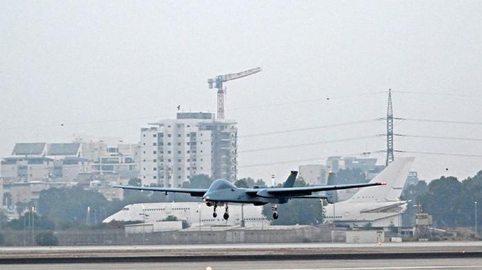 Беспилотник впервые в мире приземлился в аэропорту (видео)