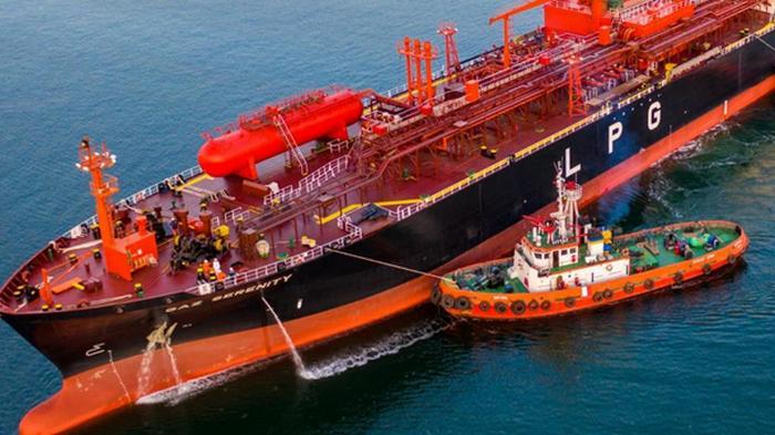 В порту Южный буксир врезался в судно с тоннами аммиака на борту