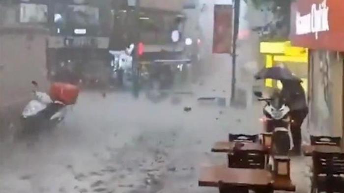 На Стамбул обрушился ливень с крупным градом (видео)