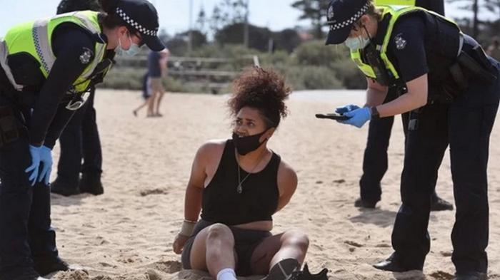 Австралийцы массово вышли в парки и на пляжи вопреки запрету властей