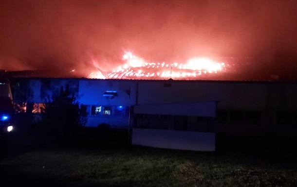 В Мукачево произошел крупный пожар на лыжной фабрике (фото)