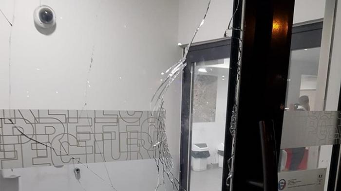 В пригороде Парижа с фейерверками штурмовали полицейский участок
