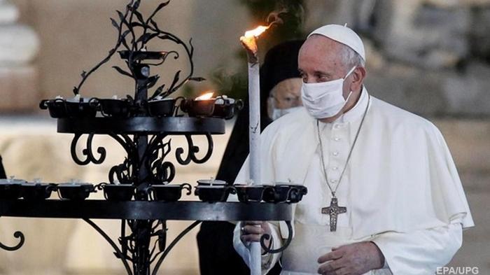 Папа Римский впервые вышел на публику в маске