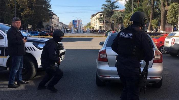 Захвативший заложников в Грузии скрылся с деньгами