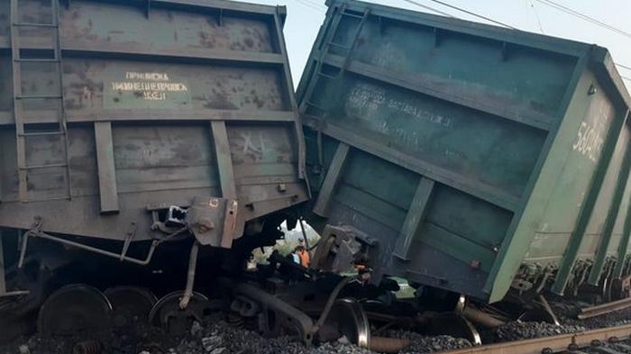 В Кривом Роге грузовой поезд сошел с рельсов – фото