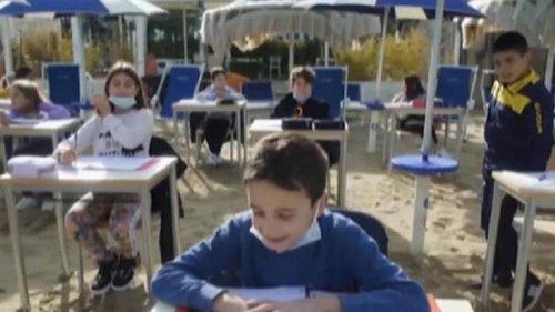 В Италии из-за карантина устроили школу на пляже (видео)