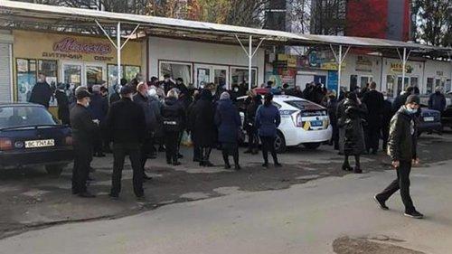Во Львове полиция блокирует работу рынков