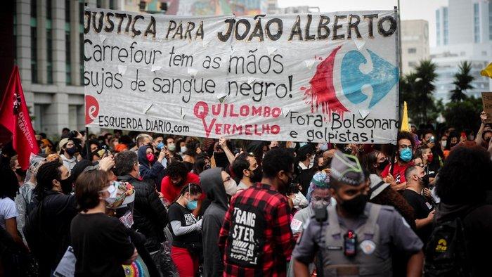 В Бразилии охранники магазина избили покупателя, в стране вспыхнули протесты: видео