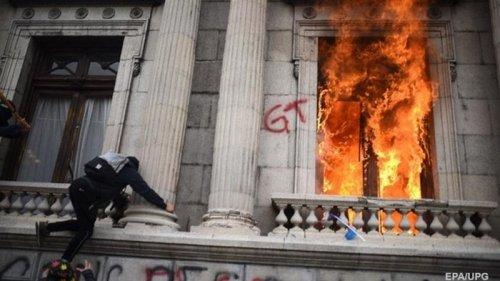 В Гватемале из-за урезания бюджета подожгли парламент (фото)