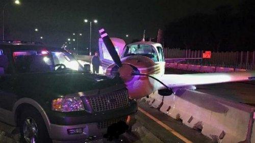 В США самолет сел на шоссе и столкнулся с авто (видео)