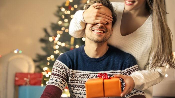Новогодний подарок мужу: чем удивить вторую половинку на Новый год 2021