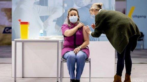 Последние в ЕС: в Нидерландах началась COVID-вакцинация