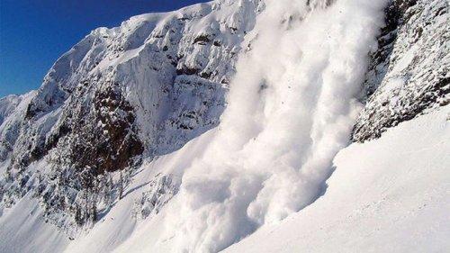 Туристы, осторожно! В Карпатах объявили угрозу схода снежных лавин
